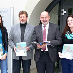 Die neue Imagebroschüre wurde in Freystadt vorgestellt (V. l.: Claudia Schick, Auctores, Kämmerer Reinhard Trost, Bürgermeister Willibald Gailler). - Foto: Anne Schöll