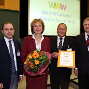 Isolde Krahle und Karl Scheuerlein präsentieren die von Jury-Sprecher Armin Pulic (l.) und E-Business-Experten Richard Dürr (r.) überreichte Auszeichnung.  (Foto: IHK Nürnberg/Kurt Fuchs)