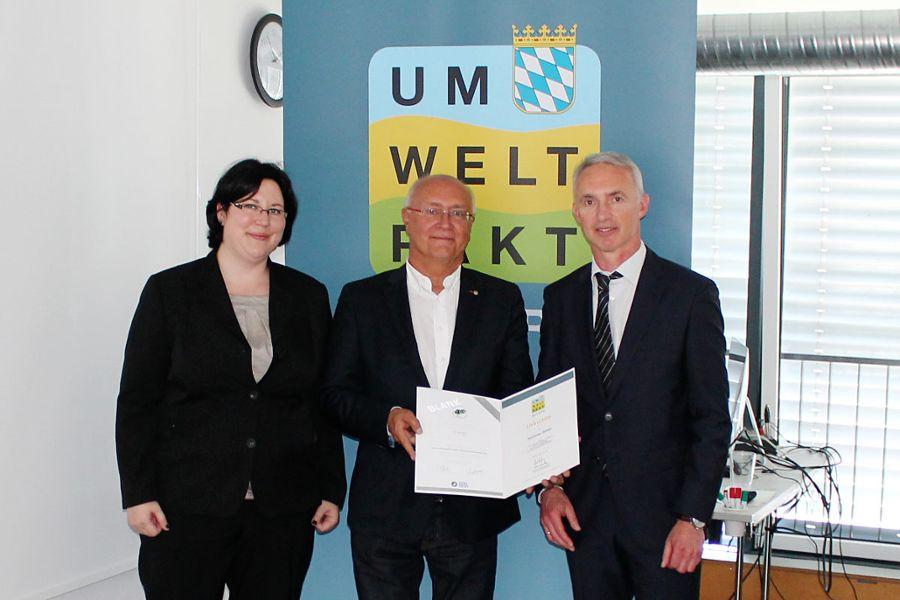 Auctores erhält die QuB-Zertifizierungsurkunde: (v. l.) Sabine Gebert von der Handwerkskammer Nürnberg, Auctores-Projektkoordinator Rainer Köhler und Ministerialdirigent Dr. Alois Bogenrieder.