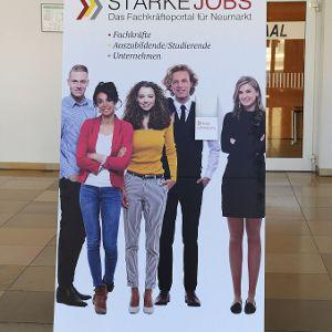 Aufsteller, Plakate und Flyer machen künftig in Unternehmen, Schulen und Behörden auf das Fachkräfteportal aufmerksam.