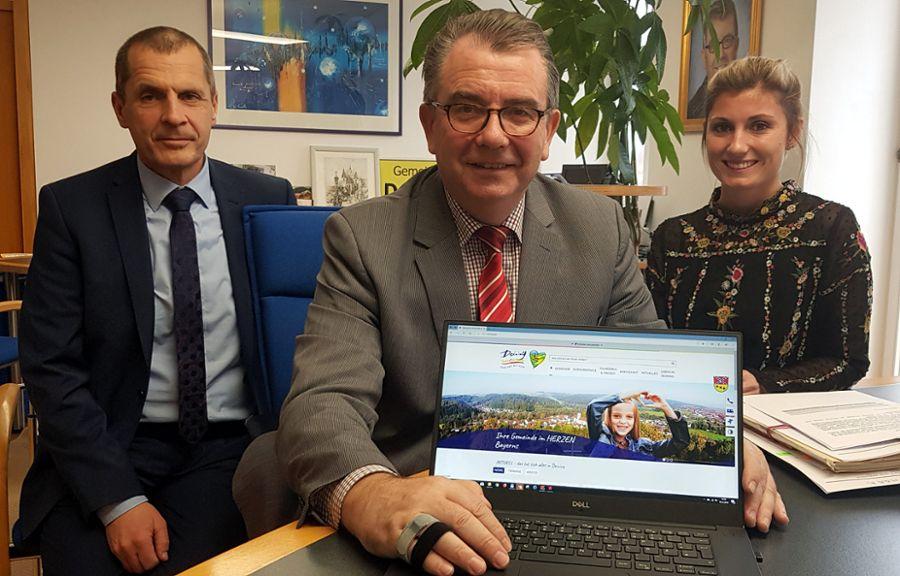 Bürgemeister Alois Scherer und Auctores-Geschäftsführer Karl Weigl schalteten den neuen Auftritt live - Bild: Gemeinde Deining